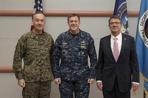 美国防长卡特(右)到访网络司令部
