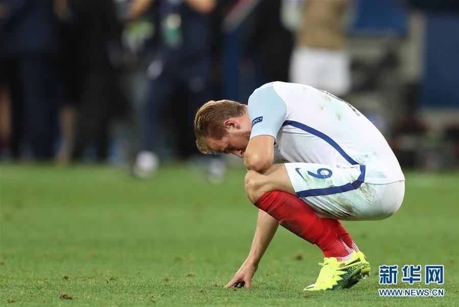 2016-06-28 09:05 来源:新华网 几乎占全国人口3%的冰岛球迷,27日晚用令人动容的歌声和掌声,助威着他们的国家队本届欧锦赛上最小参赛国的球队,以2:1淘汰众星云集的英格兰队,史上第一次击败对手,史上第一次打进八强。 ...