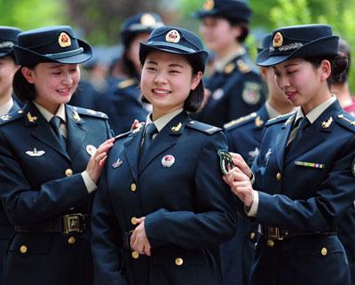 火箭军官兵着新式军装亮相(组图)