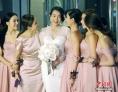 2015年12月28日傍晚,香港艺人胡杏儿身穿白色婚纱在酒店外会见传媒,当天是胡杏儿与男友Philip Lee大婚喜庆日,晚上在香港一酒店举行盛大婚宴。 图为身穿白色婚纱的香港艺人胡杏儿由姊妹团陪同下会见传媒。 中新社记者 谭达明 摄