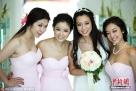 2012年6月9日,日本,台湾女星吴辰君在日本冲绳低调完婚。林心如(左二)、吴辰君(右二)、颜颖思(右一)作为伴娘亮相。图片来源:东方IC 版权作品 请勿转载