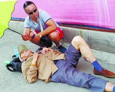 哈尔滨暖男蹲1个小时为患病老人打伞
