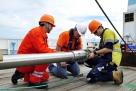 """8月14日,""""张謇""""号上的工作人员用柱状采样器采集海底沉积物。新华社记者 张建松 摄"""