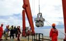 """8月14日,""""张謇""""号上的工作人员用箱式采样器采集海底沉积物。新华社记者 张建松 摄"""