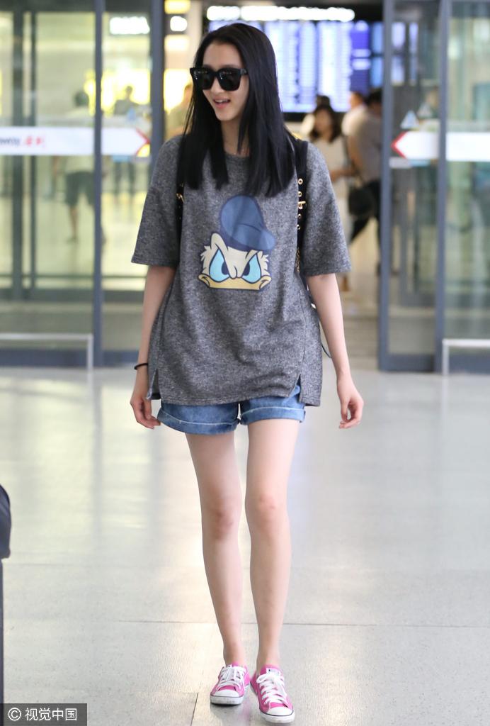 机场是检验女星美腿新标准 郑爽的腿最瘦