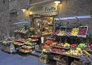 意大利佛罗伦萨的街头水果摊:很小的一个摊子,但设置很科学,还有挡雨的棚子