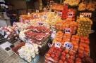 日本东京上野的水果摊,一个水果都不便宜