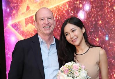 派拉蒙全球副主席求婚周玲安 众星共祝