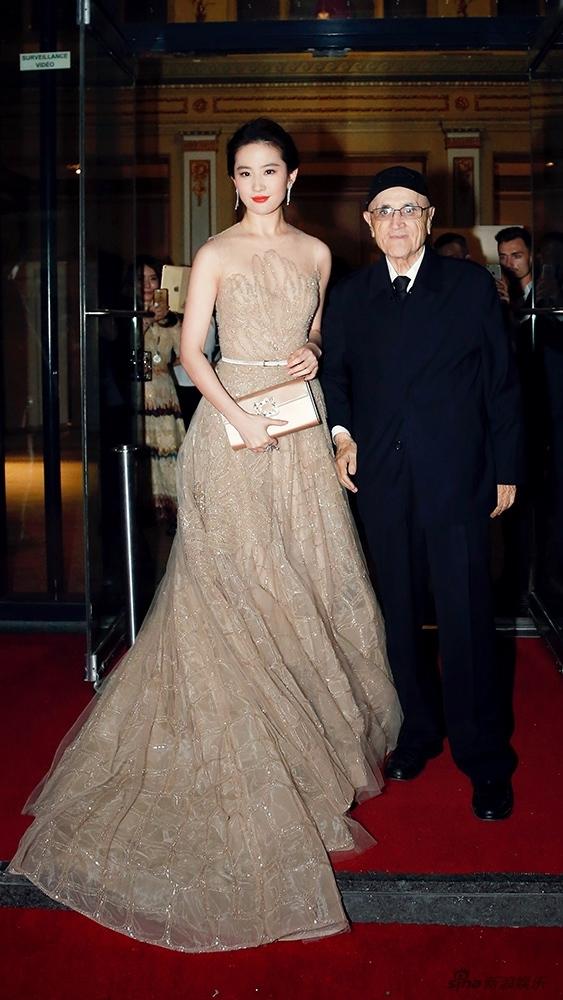 刘亦菲与电影节主席合影