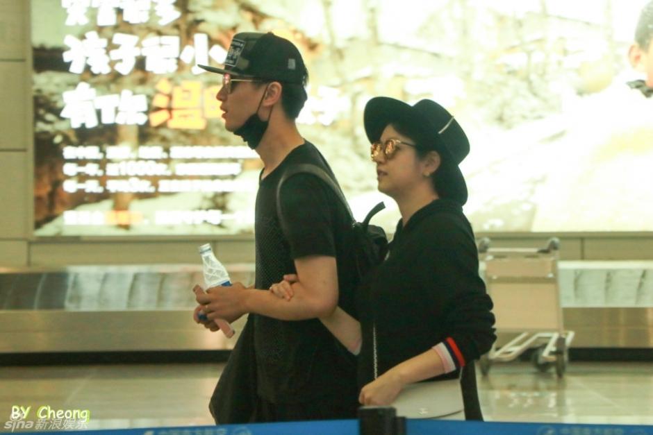 陈晓陈妍希合体现身机场
