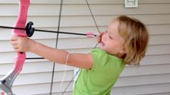 五岁萝莉勇气惊人 用弓箭给自己拔牙