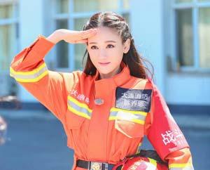 《我们》众星身着消防服