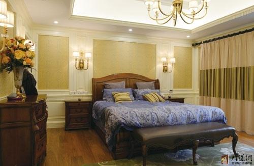 在卧室设计上巧妙运用实木护墙板