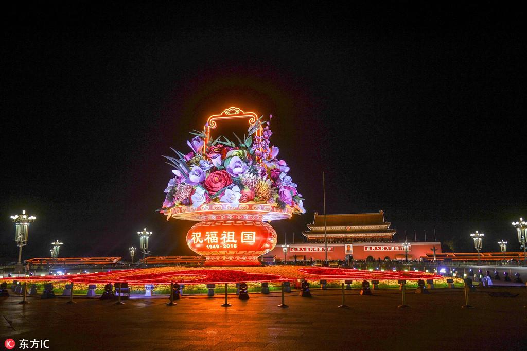 天安门广场花坛亮灯 灯光璀璨照耀首都夜空