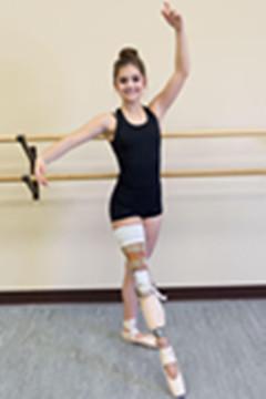 她9岁因癌症截肢 6年后重新跳起芭蕾舞