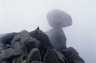 渺小的人类。科西嘉岛上的巨石。