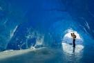 渺小的人类。阿拉斯加的冰穴。