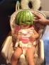 一群不靠谱的爹们在网上分享了自己带娃时失误和恶搞的照片,香蕉皮放在孩子脸上,用西瓜给孩子做个头盔,趁小家伙睡着了在他脸上搭个饼干积木等等,看了这些照片之后很难有人相信他们真的是孩子的亲生父亲。