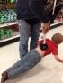 有一些父亲他们天生就有很强的求知欲,比如这个家伙,当他带孩子去超市的时候非要试试用马桶揣子把自己的孩子提起来。