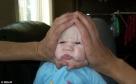 还有这个家伙,用自己大手帮助孩子做鬼脸是不是太过分了,宝宝明显感觉心里苦啊。