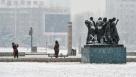 10月30日,市民在长春市文化广场拍摄雪景。当日,受新一股冷空气影响,我国北方多地迎来降温降雪天气过程。中央气象台预计,10月30日至11月1日,内蒙古中部、华北北部、东北地区东南部等地的部分地区降温可达8摄氏度以上,吉林东部局地有强降雪。吉林省气象台30日发布道路结冰黄色预警,提醒做好防范工作,司机和行人注意交通安全。新华社记者许畅摄