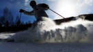 10月30日,滑雪爱好者在体验首滑。当日,我国最北的专业滑雪场——黑龙江大兴安岭加格达奇映山红滑雪场正式开启今冬滑雪季,许多滑雪爱好者纷纷前来体验首滑的快乐。 新华社记者王凯 摄