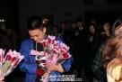 话音刚落,女生们组团儿将手中的红玫瑰送给王兴帅,每支玫瑰花中都塞有一张小纸条,上面写有女生们对他的祝福。