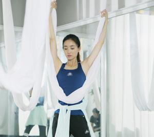 王丽坤练空中瑜伽身姿曼妙