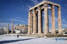 1月10日,在希腊雅典奥林匹亚宙斯神庙,一名女子在大雪后参观。