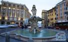 1月10日,意大利首都罗马市中心巴贝里尼广场上的喷泉出现部分结冰。