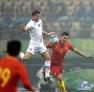 1月10日,中国队球员杨善平(右)与冰岛队球员博格曼-西于尔兹松拼抢。