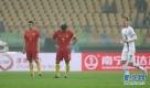 1月10日,中国队球员蔡慧康(中)在球队丢球后。 当日,在广西体育中心举行的2017中国杯国际足球锦标赛中,中国队以0比2不敌冰岛队。