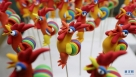 """1月8日,民间艺人阚宗勤在家中整理面塑作品""""'百鸡'迎鸡年""""。农历鸡年将至,山东省枣庄市市中区61岁的民间艺人阚宗勤创作出以鸡为主题的面塑作品""""'百鸡'迎鸡年"""",喜迎鸡年的到来。 新华社发(孙中喆摄)"""
