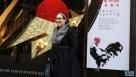 """1月17日,在美国芝加哥,行人在梅西百货商店中国农历鸡年主题橱窗前拍照。中国文化部和中国驻芝加哥总领馆联合主办的""""欢乐春节""""鸡年主题橱窗展示活动17日在芝加哥市中心的梅西百货商店开幕,以庆祝即将到来的中国春节。新华社记者汪平摄"""