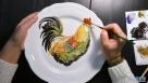 2016年12月17日,俄罗斯工艺美术师弗廖拉·达米诺娃正在其喀山市的工作室为瓷盘手绘生肖鸡珐琅釉彩图案。