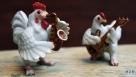 这是12月16日在俄罗斯西部弗拉基米尔州佩图什基市的公鸡博物馆拍摄的公鸡造型艺术品 。