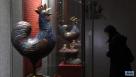 """1月5日,观众在参观一对民国时期的景泰蓝雄鸡铜摆设。当日,南京博物院为迎接农历鸡年而举办的""""锦绣鸡""""院藏鸡文物展开幕。本次展览设""""闻鸡起舞——酉鸡篇""""""""包罗万象——艺术篇""""""""妙趣横生——民俗篇""""3个篇章,展出历代鸡文物近200件,向人们介绍各种鸡形象中包含的中国传统文化。新华社记者 孙参 摄"""