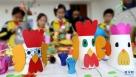 """1月6日,山东青岛通济实验学校的小学生在创作""""金鸡""""题材的环保画作品。 鸡年春节临近,山东青岛通济实验学校举行""""秀才艺迎鸡年""""主题活动,该校手工、泥塑、书法、剪纸等十几个课外社团的小学生精心创作了""""金鸡""""题材的作品,迎接鸡年新春的到来。新华社发(梁孝鹏 摄)"""