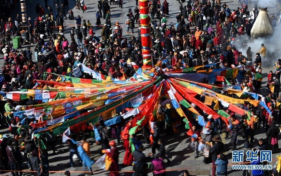 2月8日,来自各地的信教群众挂经幡。 新华社记者 觉果 摄
