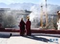 2月8日,大昭寺僧人在更换经幡现场吹奏唢呐。新华社记者 普布扎西 摄