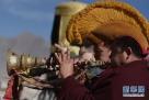 2月8日,大昭寺僧人吹奏唢呐,庆祝换经幡。新华社记者 觉果 摄