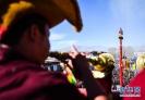 2月8日,大昭寺僧人在祈福。新华社记者 普布扎西 摄
