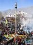 2月8日,信众在大昭寺广场挂经幡。新华社记者 普布扎西 摄