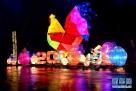 """济南趵突泉公园内的迎春花灯(2月8日摄)。  临近正月十五元宵节,以""""凤舞吉年,春满泉城""""为主题的山东济南第38届趵突泉迎春花灯会吸引众多游人前往观看。  新华社记者郭绪雷摄"""