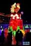 """2月7日,人们在湖北省宣恩县贡水河畔观看彩灯""""金鸡报晓""""。  元宵节临近,各地因地制宜,在街头、河道、广场等处布置璀璨花灯,霓虹闪烁,流光溢彩,营造出浓浓的节日氛围。  新华社发(宋文 摄)"""