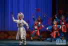泉州艺术学校学生在福建省戏剧水仙花奖决赛上表演高甲戏《盗仙草》。