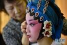 参加第十三届福建省戏剧水仙花奖决赛的演员在后台上妆。