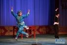 泉州艺术学校学生在福建省戏剧水仙花奖决赛上表演高甲戏《武松打店》。