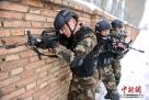 图为三人小组战术训练。
