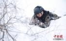 雪中狙击训练。
